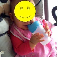 bébé boit tout seul