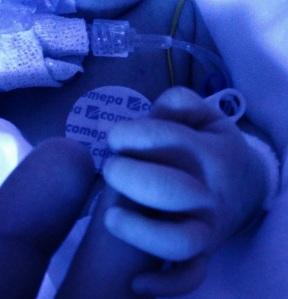 main-bébé-néonat