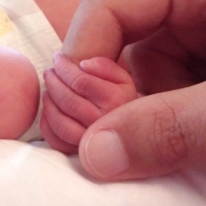 Papa tient la main de bébé