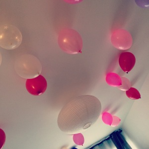 ballons roses gonflés à l'hélium